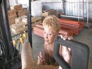 Schwanzgeile Oma macht arbeiter glücklich!