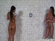 Zwei heiße Lesben spielen unter der Dusche!