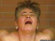 Alte Frau ohne Zähne bekommt Schwanz in die Fotze!