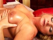 Oma mit großen Titten reibt an ihrer Klitoris!