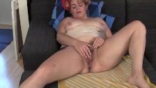 Haarige Fotze in den Muschi Pornos masturbiert