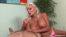 Blonde Großmutter mit feuchter Fotze will bumsen